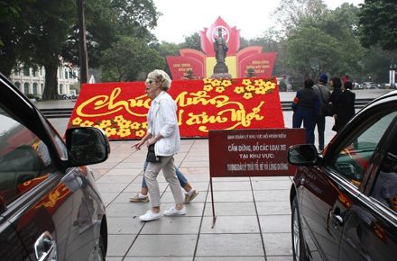 Một du khách nước ngoài lúng túng trước tượng đài Lý Thái Tổ vì vòng vây ôtô
