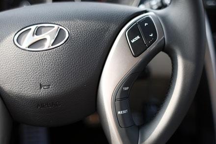 Chiếc hatchback này vẫn được tích hợp điều khiển âm thanh trên tay lái
