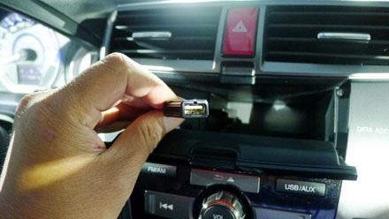 Đầu kết nối USB được giấu trong hộcmàn hình LCD, nơicó thể chứa cả điện thoại
