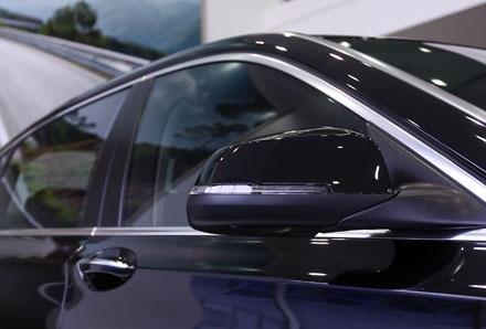 Gương chiếu hậu có tích hợp đèn báo rẽ và chức năng gập điện, chống chói