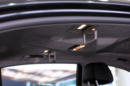 Hệ thống đèn đọc sách và gương soi dành riêng cho từng ghế sau