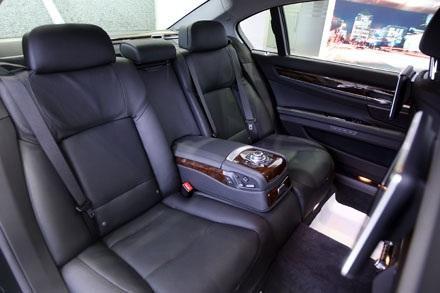 Cũng như những mẫu 7-series khác, hàng ghế sau của BMW 760Li là nơi thu hút sự chú ý nhất