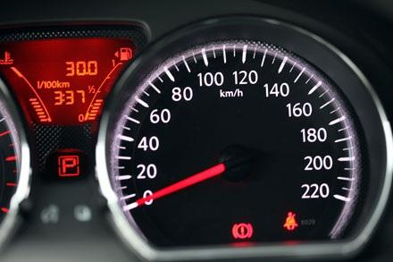 Bảng đồng hồ chính với màn hình Led hỗ trợ hiển thị mức xăng, nhiên liệu