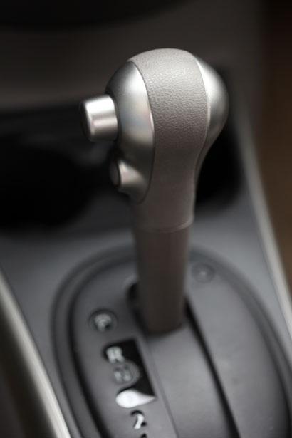Cần số của Sunny XV có nút hỗ trợ tăng tốc (Over drive)