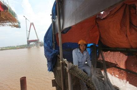 Một công nhận vận hành thang máy cho công trình cầu Nhật Tân thảnh thơi vì chưa có việc