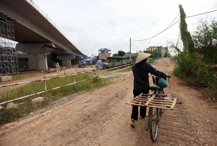 Những hộ dân trong khu vực này sử dụng lối đi chung với công trường xây dựng
