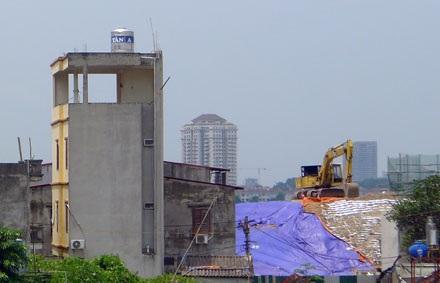 Máy móc thi công và nhà dân vẫn đan xen nhau trong phạm vi dự án