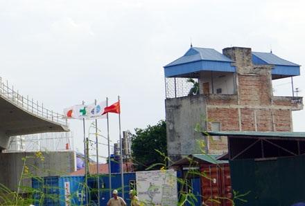 Ban chỉ huy công trường tại nút giao Phú Thượng kề cận ngay bên nhà dân chưa được giải tỏa