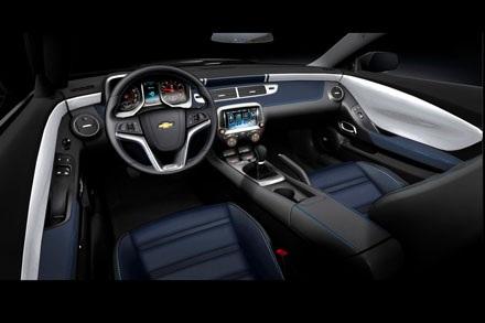 Điểm nhấn đặc biệt ở chiếc Chevrolet Camaro này chính là tông màu sơn trắng