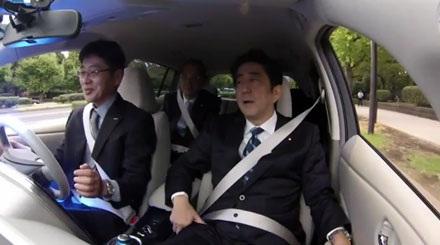 Mẫu xe không người lái của Nissan cùng hành khách Shinzo Abe