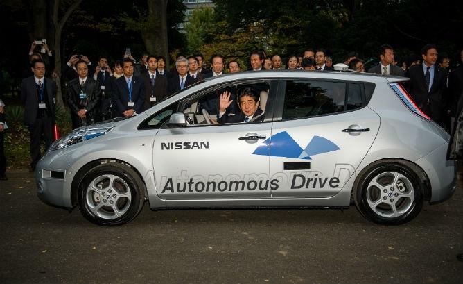 Thủ tướng Nhật Bản Shinzo Abe ngồi xe tự lái