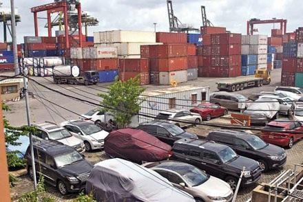 """Hàng loạt ô tô """"xịn"""" nhập khẩu đang nằm tại cảng VICT TP.HCM"""