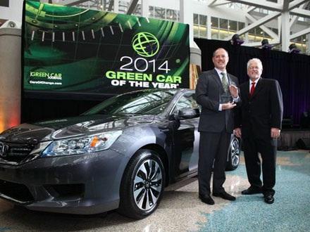 Phó Chủ tịch cấp cao của Honda, Mike Accavitti (trái) nhận giải thưởng Xe xanh