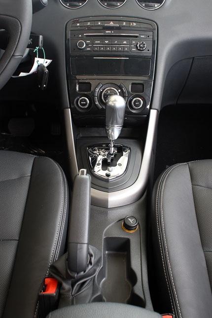 Hiện tại, Peugeot 408 tại Việt Nam có 4 màu; đen, trắng, bạc và xanh đen