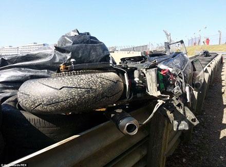 Chiếc xe của tay đua Dean Mulcahy đã hư hỏng nặng sau tai nạn