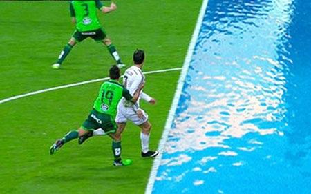 """Khung cảnh trước mắt C.Ronaldo trước khi thực hiện màn """"nhào lộn"""""""