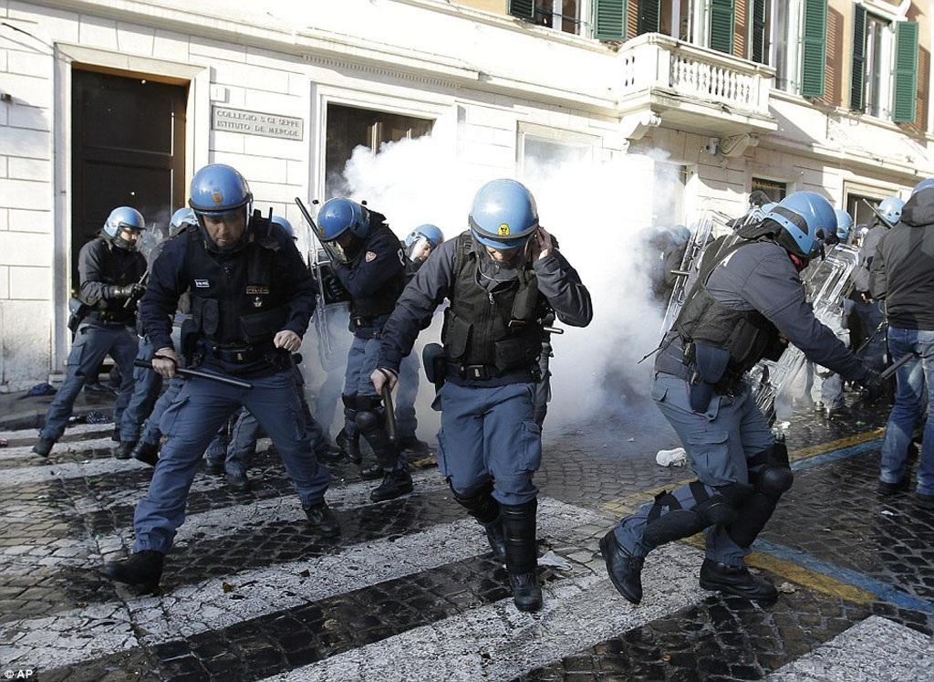 CĐV Feyenoord tấn công cảnh sát địa phương. Thành Roma chìm ngập trong khói