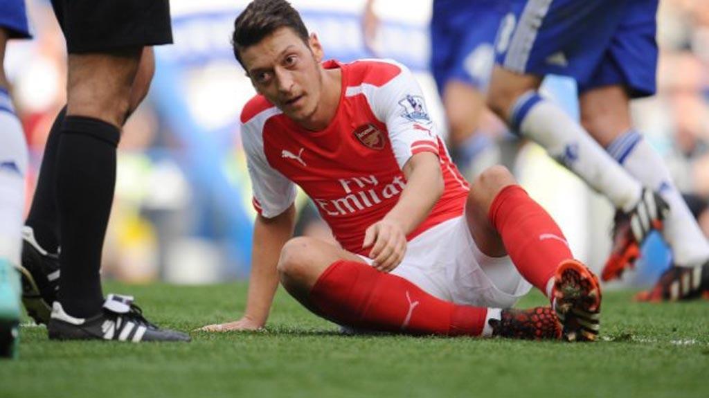 """Mesut Ozil đang dần trở thành """"người thừa"""" của Arsenal"""