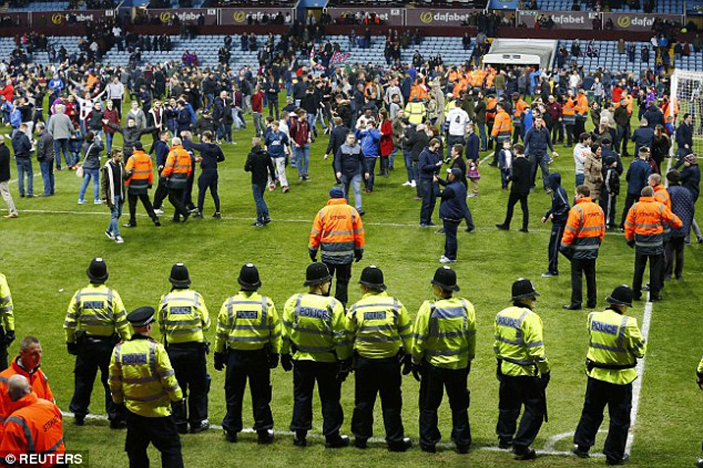 Sau đó, hàng ngàn người hâm mộ đã tràn xuống sân ăn mừng chiến thắng