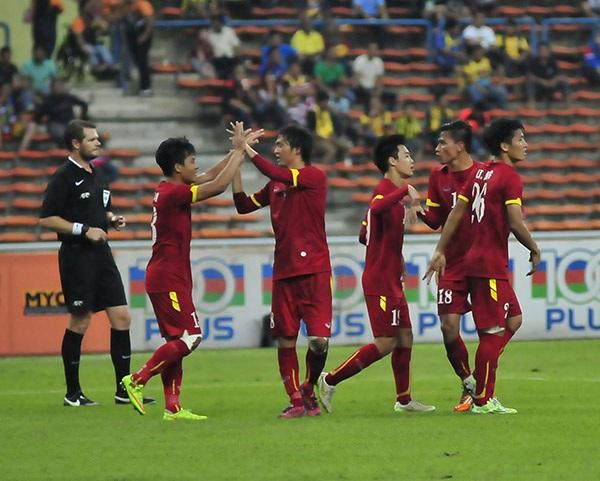 Đội U23 Việt Nam ăn mừng bàn thắng vào lưới Malaysia