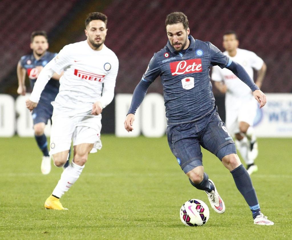 Napoli chia điểm trước Inter dù dẫn trước tới 2 bàn