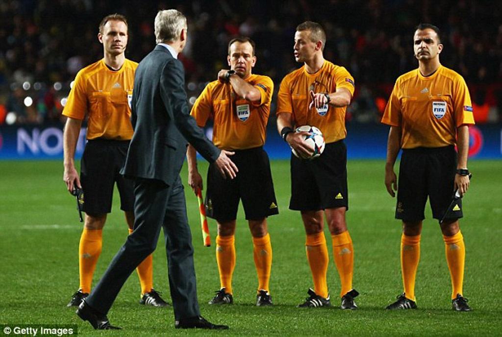 Ông ra tận sân để phản đối trọng tài sau khi trận đấu kết thúc