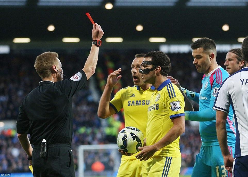 Fabregas nhận thẻ đỏ trong trân gặp West Brom