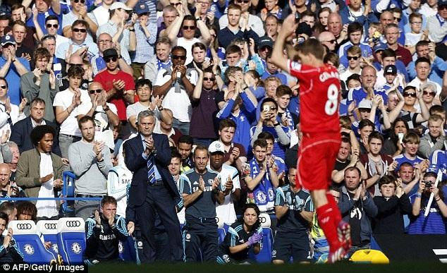Những người Chelsea, trong đó có cả HLV Mourinho, vỗ tay tán dương đội trưởng Liverpool