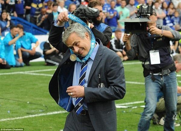 Mourinho đoạt cú đúp danh hiệu cá nhân mùa này