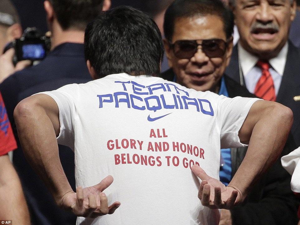 """Pacquiao, một người sùng đạo, khoe chiếc áo: """"Tất cả vinh quang và danh dự đều thuộc về Chúa"""""""