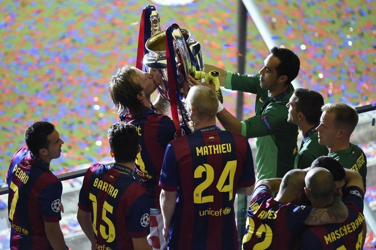 Từng cầu thủ Barcelona hôn lên chiếc cúp giành cho người chiến thắng