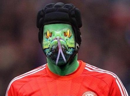 CĐV Chelsea ví Petr Cech như con rắn độc