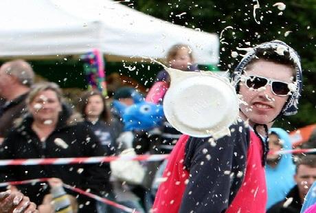 Độc đáo lễ hội ném bánh kem ở Anh