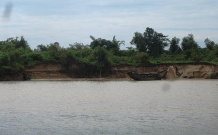 Các thuyền hút cát một cách ngang nhiên, khiến nhiều đoạn bờ sông bị sạt lở nghiêm trọng