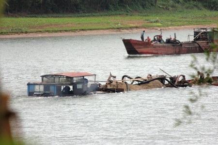Sau quá trình móc ruột lòng sông, các thuyền chở đầy ắp cát quay trở về bãi tập kết