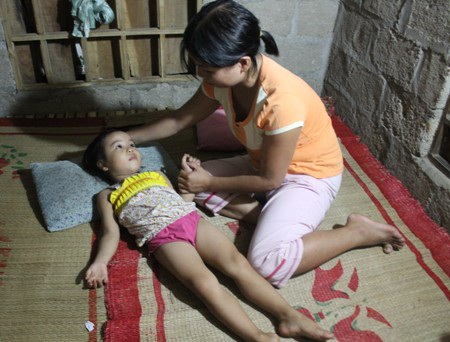 Trở về nhà nhưng sức khỏe bé Nhi đang rất yếu ớt sau đợt điều trị dài ngày tại bệnh viện