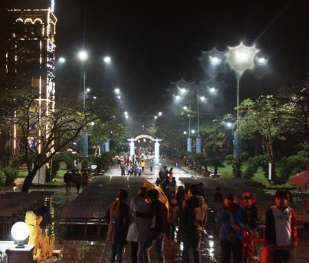 Dù mưa phùn nhưng không khí giáng sinh tại Quảng Trị cũng không kém phần nhộn nhịp
