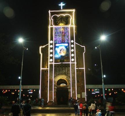 Nhiều bạn trẻ vui giáng sinh và chụp ảnh lưu niệm tại thánh đường