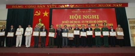 Ông Lê Hữu Phúc, Bí thư Tỉnh ủy Quảng Trị trao bằng khen cho các tập thể và cá nhân