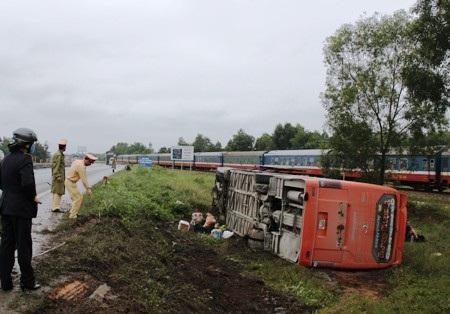 Gần 30 hành khách trên xe may mắn thoát chết