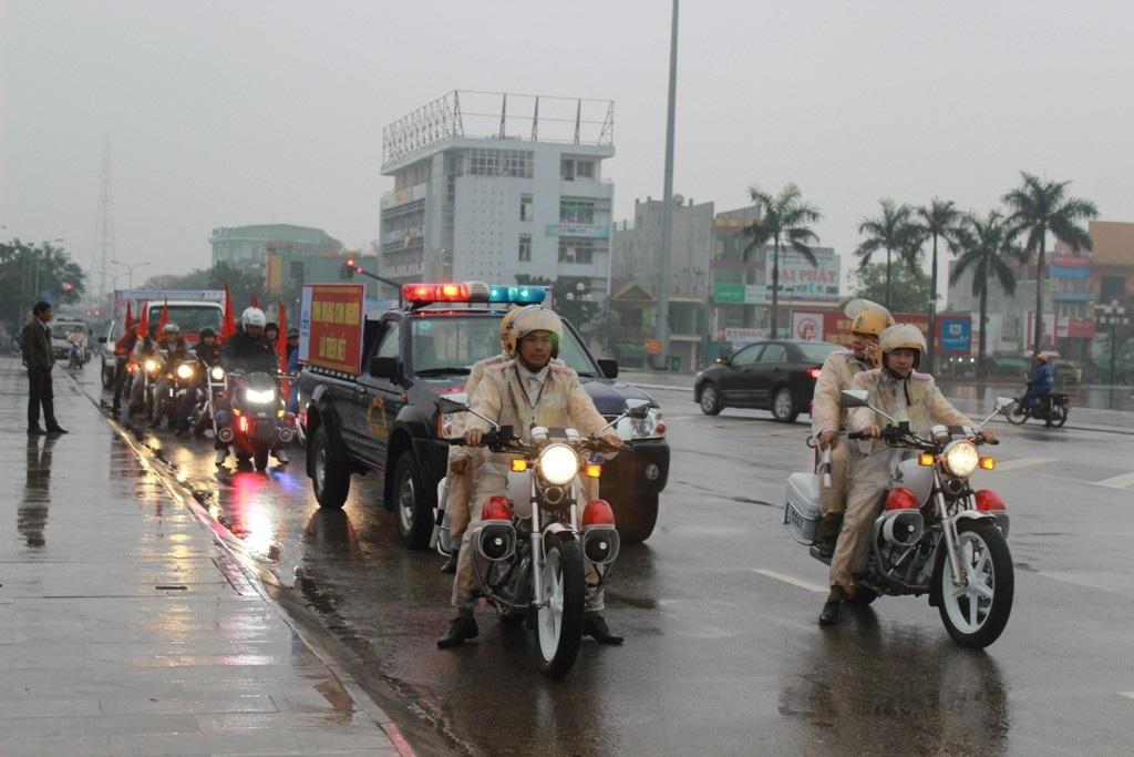 Các lực lượng diễu hành tuyên truyền về an toàn giao thông