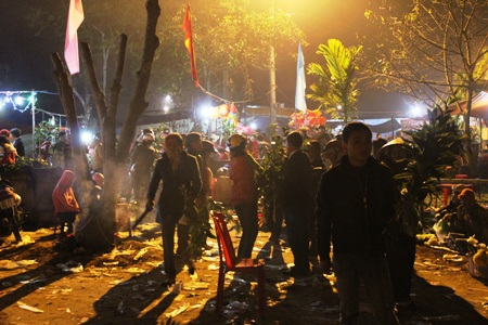 Rạng sáng ngày 3 Tết Âm lịch, hàng trăm người dân nô nức đi lễ hội chợ đình để cầu may