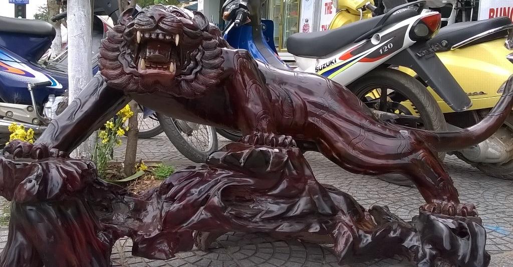 Bức chạm khắc linh vật có giá chào bán 15 triệu đồng