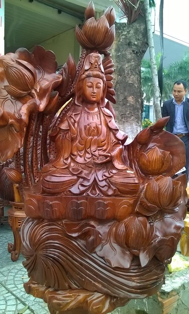 Tượng Bồ tát có hoa sen xung quanh được nhiều người ưa thích