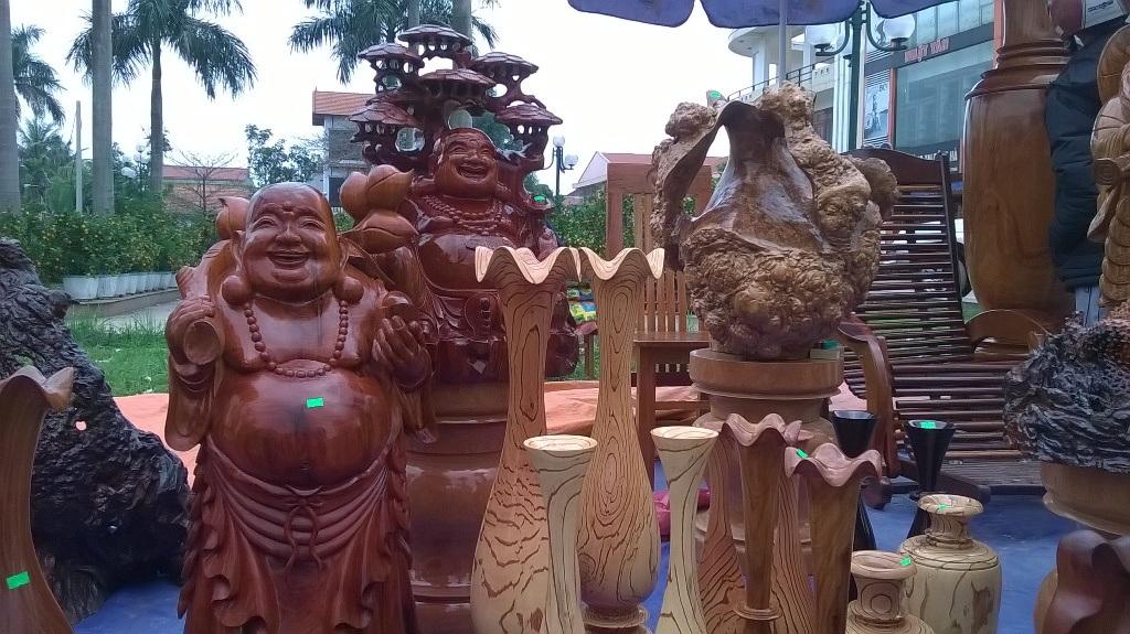 Tượng Phật Di lặc được bày bán khá nhiều