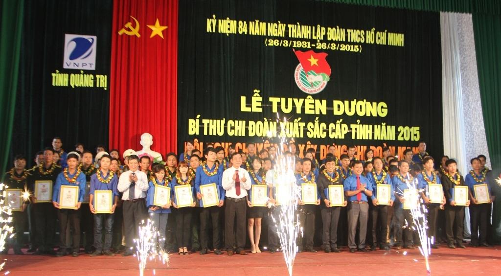Lãnh đạo tỉnh ủy Quảng Trị trao bằng chứng nhận và hoa cho các Đoàn viên tiêu biểu