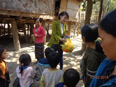 ...Tặng quà cho trẻ em vùng khó khăn