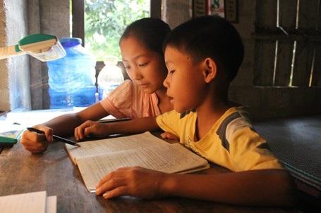Dù mang trên mình bệnh tật nhưng hai chị em Ny vẫn chăm chỉ, đạt học lực khá