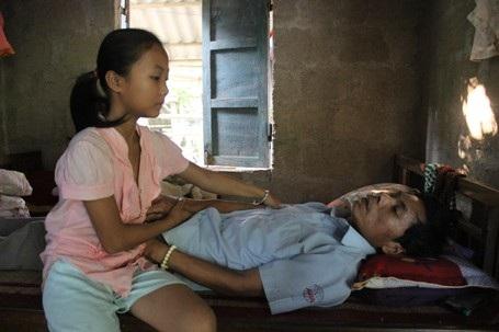 Mới rời bệnh viện về nhà được ít ngày nên sức khỏe của anh Khôi còn rất yếu