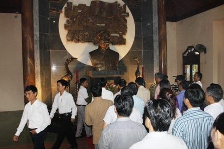 ...dâng hương tại Khu lưu niệm cố Tổng Bí thư Lê Duẩn nhân kỷ niệm 108 năm ngày sinh của ông